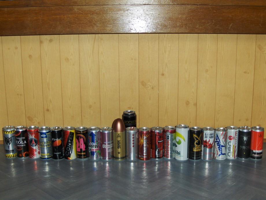 collection de canettes energisantes et d'energy drinks